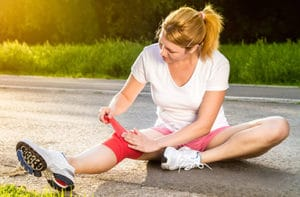 Runner wrapping a knee injury